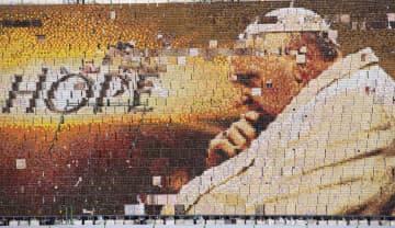 ローマ教皇(法王)フランシスコが訪問中のタイ、バンコクのスタジアムで行われた人文字のリハーサル風景=21日(AP=共同)