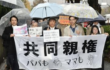 東京地裁に集団提訴に向かう単独親権違憲訴訟の原告ら=22日午後、東京・霞が関