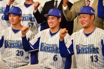 背番号「6」のユニホームを着用し入団会見に臨んだDeNAドラフト1位の森敬斗(中央)【写真:編集部】