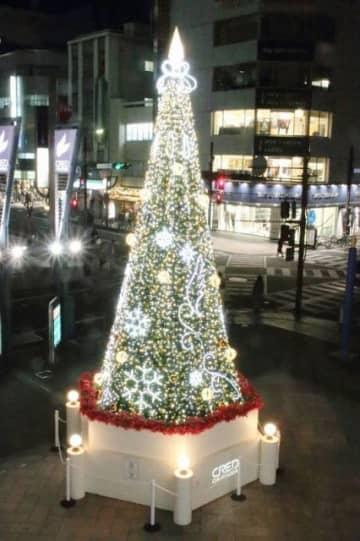 クレド岡山ビル前に設置されたクリスマスツリー