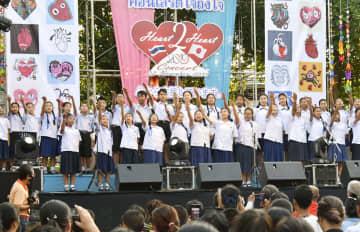 台風19号や10月の豪雨により被災した日本の人々を支援するため、バンコク最大のスラム、クロントイ地区行われたチャリティーコンサート=22日(共同)