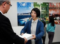 須磨海浜水族園の再整備計画見直しを求めて署名を提出する大竹奈緒子さん(右)=22日午後、神戸市中央区御幸通6