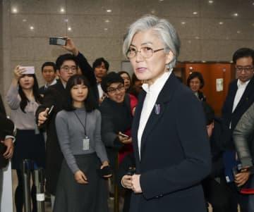 22日、仁川国際空港に向かうためソウルの外務省を出る康京和外相(共同)