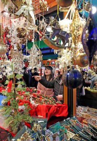 華やかなクリスマス飾りが並ぶミュンヘン・クリスマス市=22日午後4時20分(小川正成撮影)