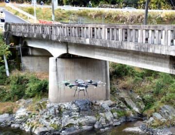 富川橋の損傷箇所などを点検するドローン(大津市大石富川1丁目)