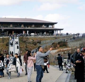 多くの観光客が訪れた大涌谷園地(11月15日撮影)