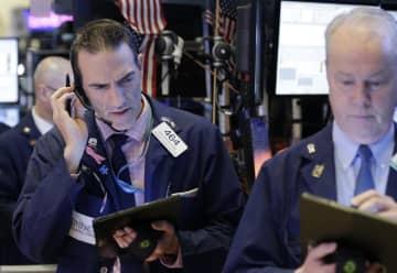 ニューヨーク証券取引所のトレーダーたち=22日(UPI=共同)
