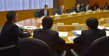 千葉県の防災担当者から当時の対応を聞く検証会議の委員ら=22日、千葉県庁