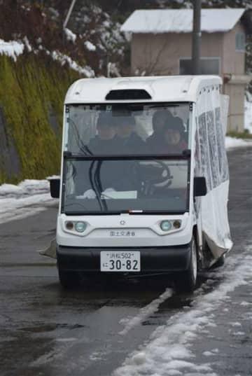 実証実験で地域住民や関係者を乗せて走る自動運転車=2017年12月