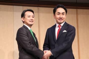 ZHD川邊社長(左)とLINE出澤社長が手を取り合った(19年11月18日、J-CASTニュース撮影)