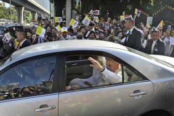 沿道の人々に手を振るローマ教皇(法王)フランシスコ=23日、バンコク(AP=共同)