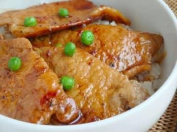北海道十勝地方、帯広発祥のごはん料理といわれる「豚丼」の簡単レシピです。甘辛味でジューシーな豚肉がたっぷり乗った丼は、見ているだけで食欲を誘います。