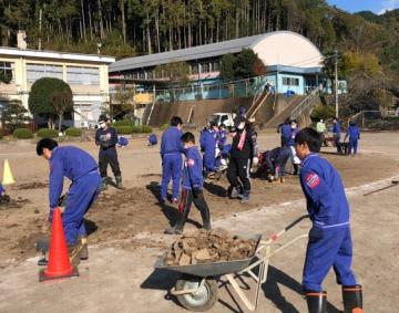 校庭に堆積した土砂を取り除くボランティア活動を行う総和南中の生徒たち=栃木県鹿沼市(同校提供)
