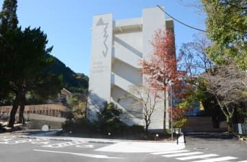 来年4月に開業する複合施設「佐賀市富士地域振興センター」。旧富士小を改修した=佐賀市富士町古湯