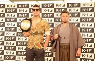 対戦発表の会見でタイトルマッチへ意気込む愛鷹(右)とカリミアン(左)