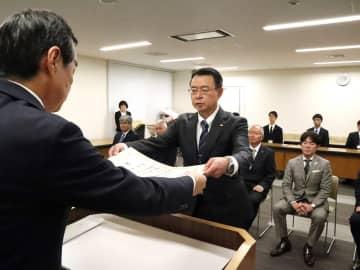 池松教育長(左)から表彰状の伝達を受ける被表彰者=長崎県庁