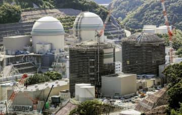関西電力高浜原発。手前左から1号機、2号機。奥左から3号機、4号機=5月、福井県高浜町