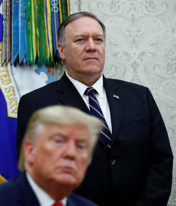 米ワシントンで、トランプ大統領の後ろに控えるポンペオ国務長官=13日(ロイター=共同)