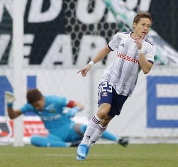 松本―横浜M 前半、先制ゴールを決め駆けだす横浜M・仲川。奥は松本・GK守田=サンアル