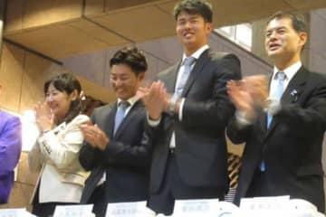 所沢市内でイルミネーションの点灯式に参加した西武・渡辺勇太朗(右から二番目)【写真:安藤かなみ】