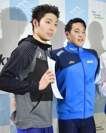 表彰式で写真撮影する2位の萩野公介(左)と優勝の瀬戸大也=東京辰巳国際水泳場