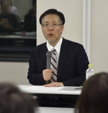 企業の刑事責任について講演する同志社大の川崎友巳教授=23日午後、大阪市