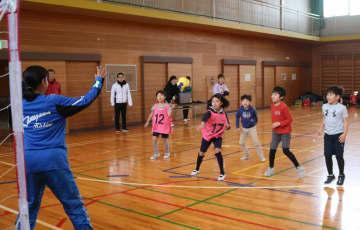 ゴールに向かってシュートを打つ児童=相模原市立南大野小学校