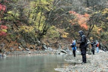 2カ月遅れの解禁日に早速釣りを楽しむ観光客