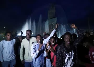 住民投票の結果を喜ぶ住民たち=23日、エチオピア・ハワサ(ロイター=共同)