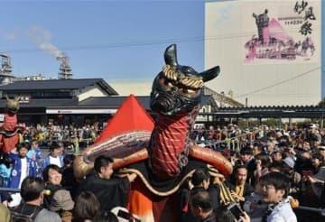 JR八代駅前での演舞を終え、八代神社へ向かう亀蛇=23日午前、八代市(後藤仁孝)
