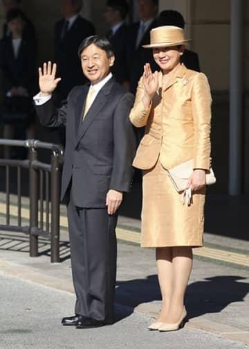 【見送りに手を振って応える天皇、皇后両陛下=伊勢市の近鉄宇治山田駅前で】