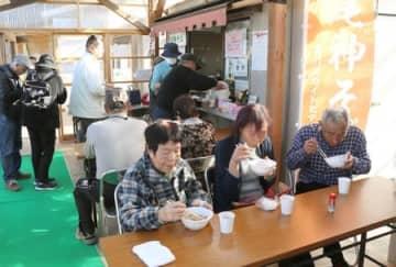大勢の家族連れらでにぎわったよしかわ道の駅まつり=23日、上越市