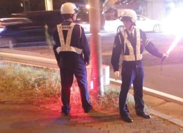 交通死亡事故が相次ぎ街頭監視する市原職員ら(同署提供)