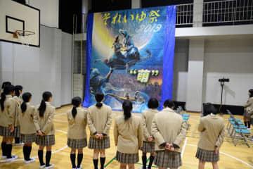 文化祭で公開されたモザイク壁画=23日、香取市の千葉萌陽高校