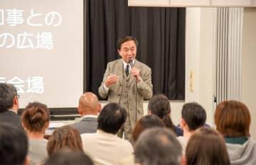 来場者の質問などに答える黒岩知事=県小田原合同庁舎
