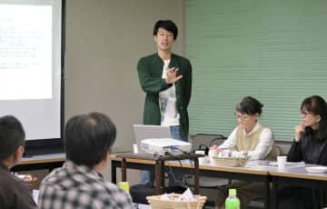 設立総会で今後の方針を語る古豊代表(中央)=長崎市魚の町、市男女共同参画推進センター・アマランス