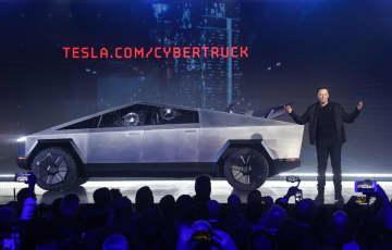 21日、米ロサンゼルス郊外でテスラが公開したサイバートラック(AP=共同)