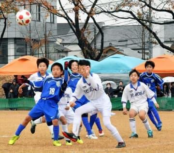 大会が開幕し、熱戦を展開する選手たち=23日午後、県総合運動公園サッカー場B