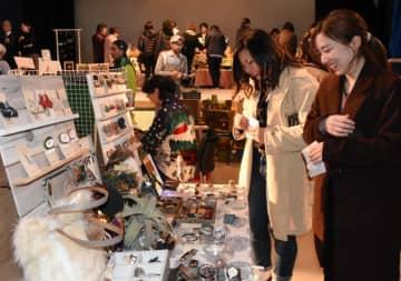 アクセサリーなど手作り品を集めて初開催した、いちのへ手しごと市。大勢の人でにぎわっている
