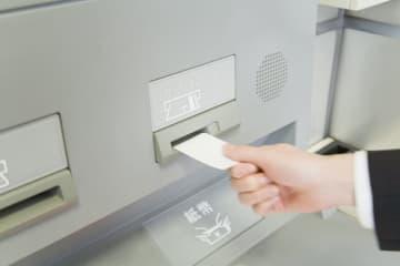 引っ越しの際には、今使っている銀行口座を引っ越し先でもそのまま使えるのか確認します。引き続き使う場合と解約する場合、それぞれに必要な手続きについて解説します。