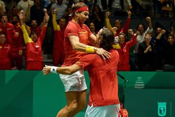 「デビスカップ」決勝ラウンドでのナダル(左)、ロペス(右)