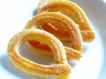チュロスは、スペインの定番揚げ菓子。ここではフライパンを使った揚げないレシピをご紹介します。