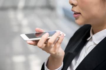 街でよくみかけるスマホのハンズフリー機能を使って電話(metamorworks/stock.adobe.com)