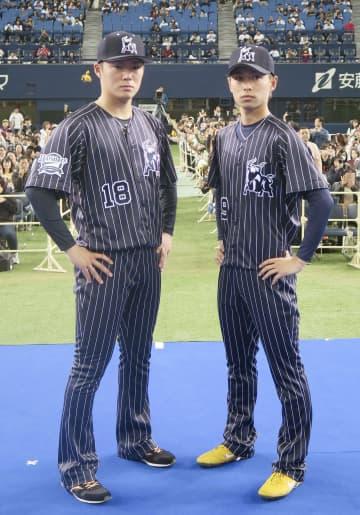 オリックスの新ユニホームを披露する山本(左)と山岡=24日、京セラドーム大阪