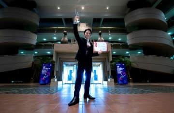 「上海国際マジックフェスティバル2019」の次世代タレント部門で優勝した片山幸宏さん=中国・上海の会場前で(提供)