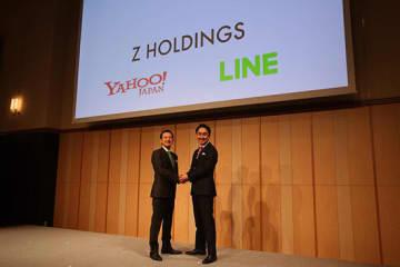 11月18日に経営統合に合意したZHDの川邊健太郎社長CEO(左)とLINEの出澤剛社長CEO(右)