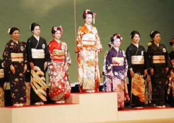 女王に輝いた福永さん(中央)。左から2番目が準女王の武内さん