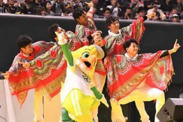 ソフトバンク・甲斐野央や周東佑京ら若手5選手が人気曲「パプリカ」のダンスを披露した【写真:藤浦一都】