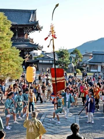 迫力ある剣鉾差しが披露された境内(京都市右京区・清涼寺)