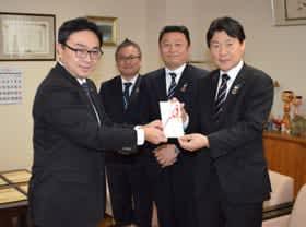 小笠原市長(左)に目録を手渡す山田執行役員(右)ら関係者